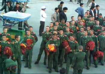 チベットそうの服を着る中国の兵士